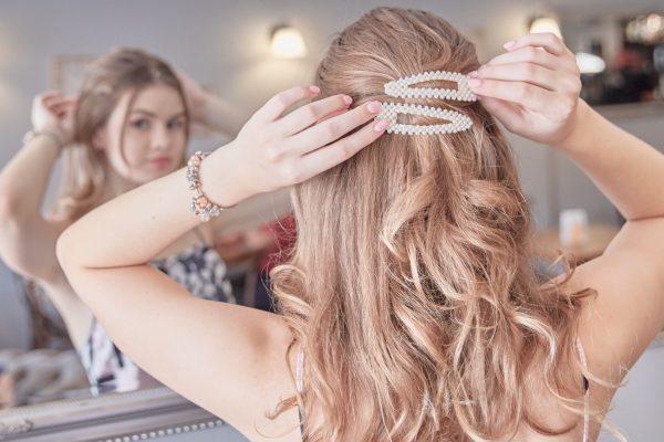 5 spôsobov ako nosiť perlové sponky